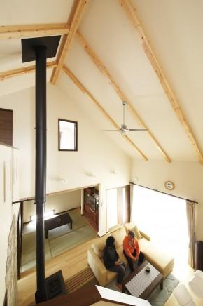 吹抜け勾配天井の伸びやかなリビング<br /> ALC外壁材が標準仕様なので<br /> これだけ開放的な空間でも省エネルギーで家中が快適