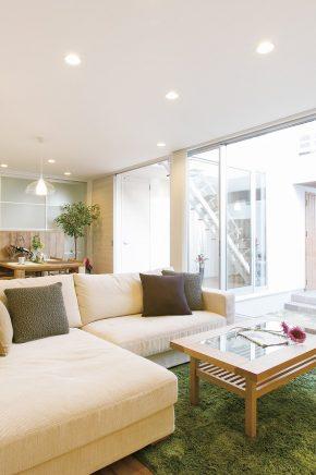 家の中心に中庭を設け、それを囲むようにLDKなどの空間を配してある<br /> 中庭を取り囲む設計なので、カーテンをしなくても人目を気にせず寛げる