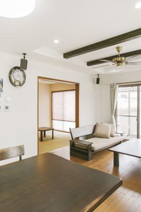 折上天井にして開放感を高めたリビング<br /> 無垢フローリングはうづくり加工で空間に美しい立体感を生む<br /> 冬でも裸足で気持ち良く過ごすことができる