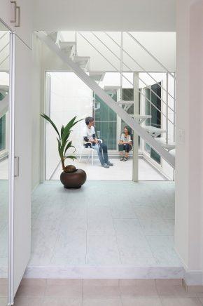 家の真ん中に1階から青空まで突き抜ける中庭を設け<br /> どこにいても光と風を感じられる空間にしました