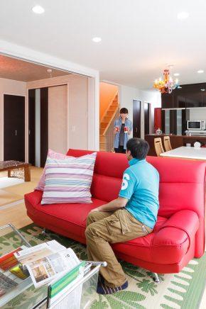 お気に入りのアイテムでコーディネートされたリビング・タイニング<br /> キッチンと繋がるPCカウンターを設置して、家族の交流がある空間に<br /> 床は無垢うづくりを使用